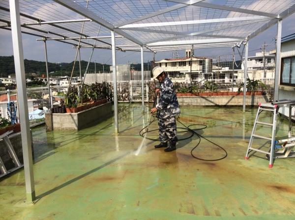 屋上遮熱防水工事・鉄骨サビ止め塗装工事の進捗状況です(沖縄県西原町)