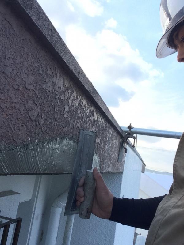 外壁コンクリート爆裂の補修中です(沖縄県西原町にて)