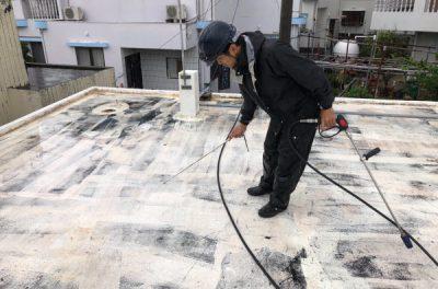 屋上の痛んだ防水層の塗り替え中です(沖縄県西原町にて)