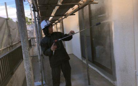 外壁洗浄、外壁補修中です。(なぜ?外壁洗浄を行うの?)沖縄県中部にて
