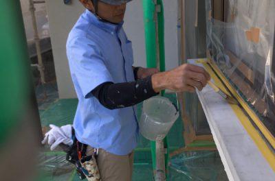 サッシ廻りのシーリング打ち替え中です!(サッシ廻りシーリングの役割とは?)沖縄県西原町にて