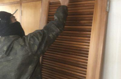 室内のニス塗り作業中(*^▽^*)
